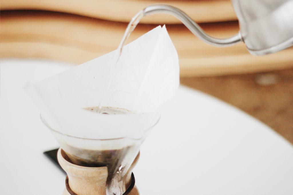 Woda do filiżanki z kawą